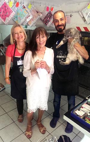 Smuk veganermor med frivillige på Torre Argentina Cat Sanctuary