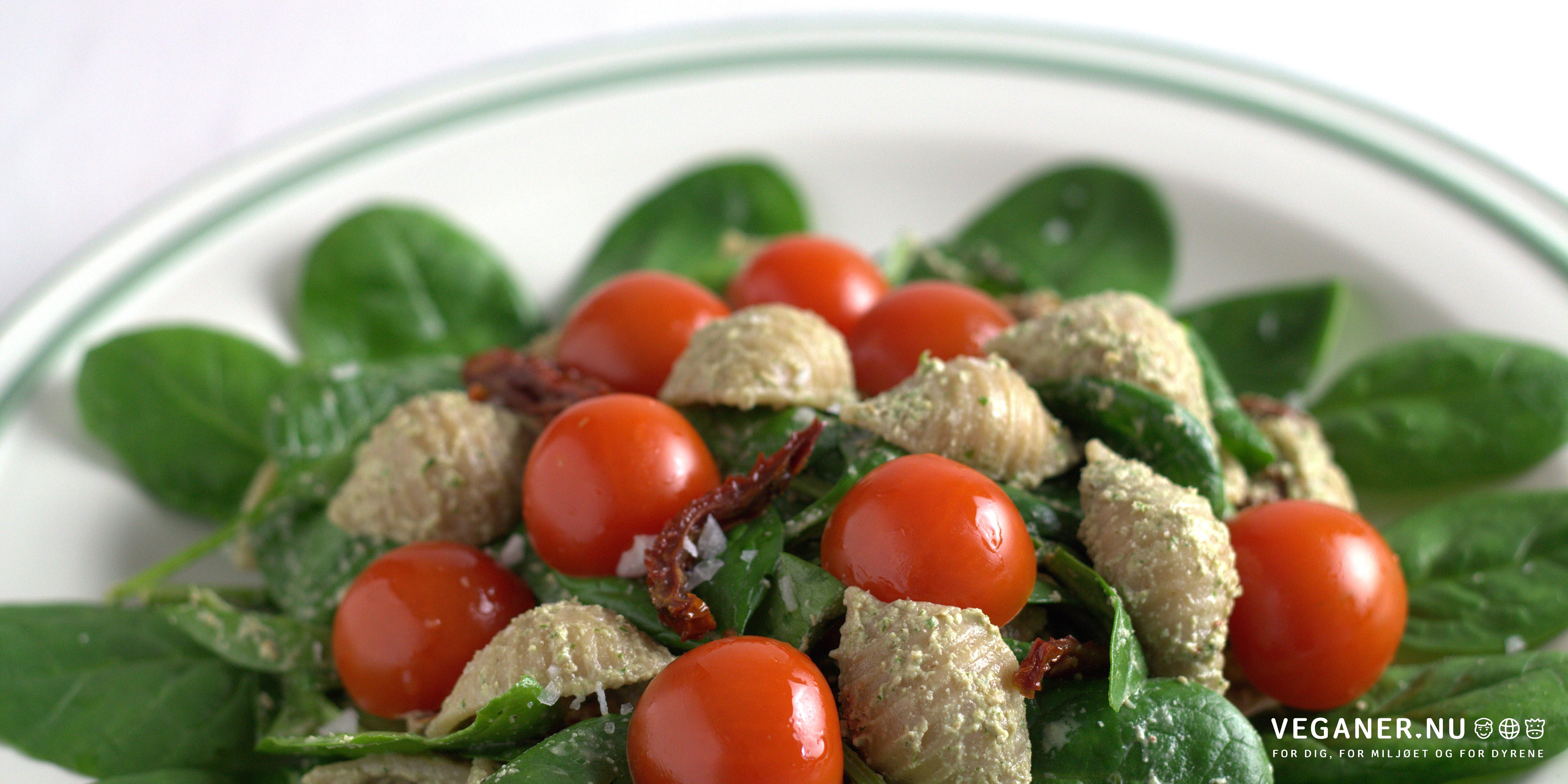 Urtemarineret pastasalat med spinat og tomater