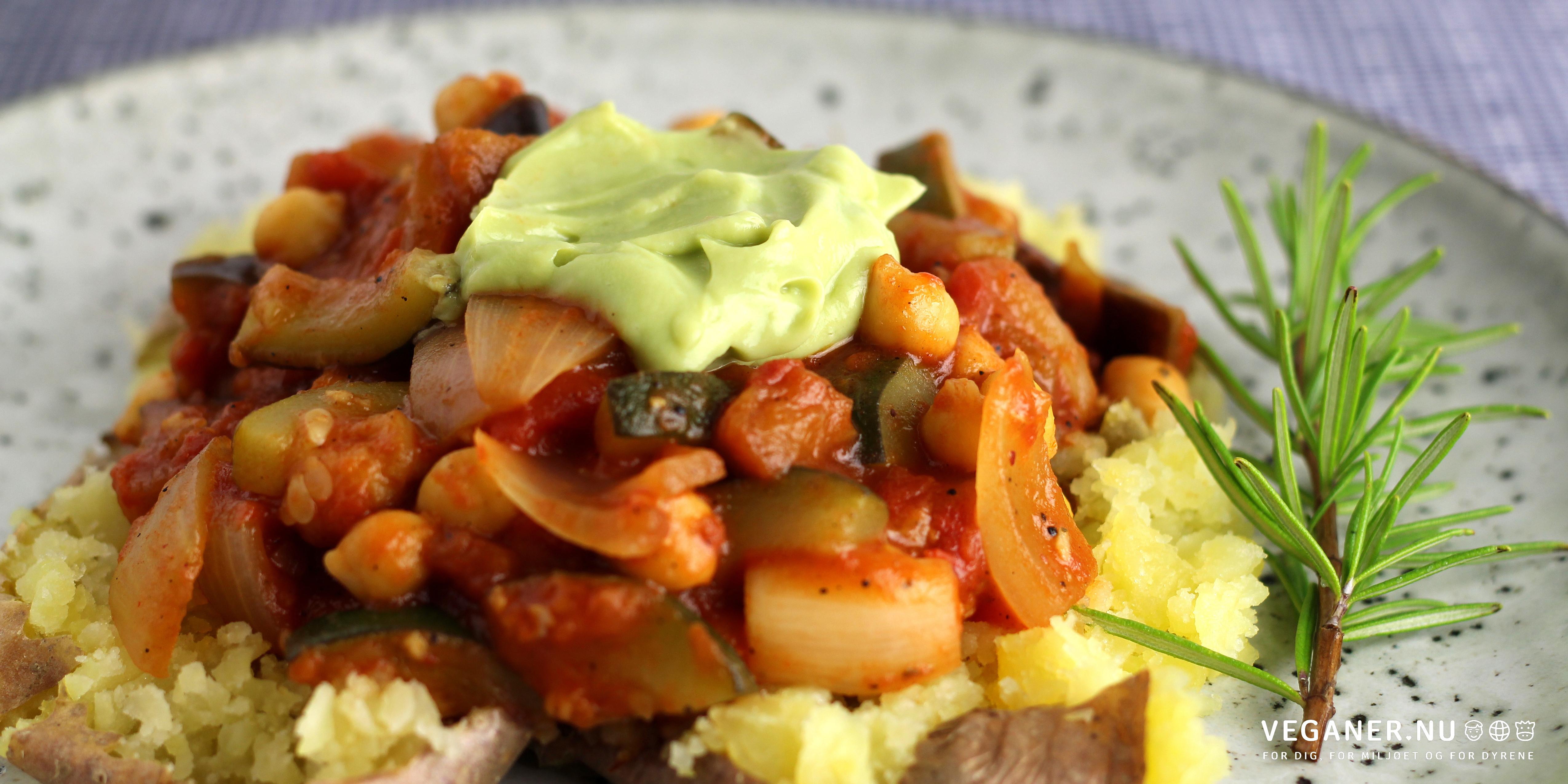 Kvastofler med grov kikærteratatouille og avocadocreme